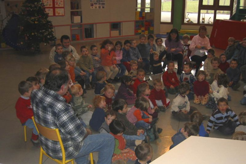 Photo - Un berger rend visite aux enfants en classe